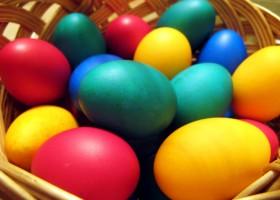Ouăle de Paști. Vopsea din comerț versus vopsea naturală