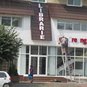 La Târgu Neamț, ca nicăieri: O librărie își face loc printre cazinouri și farmacii