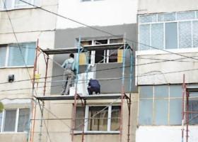 Blocuri anvelopate fără bani de la locatari