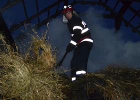 Petricani: foc pus intenționat, a distrus 10 tone de furaje